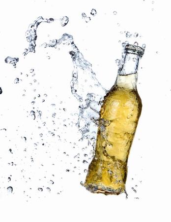 Bouteille de bière avec les projections d'eau Banque d'images