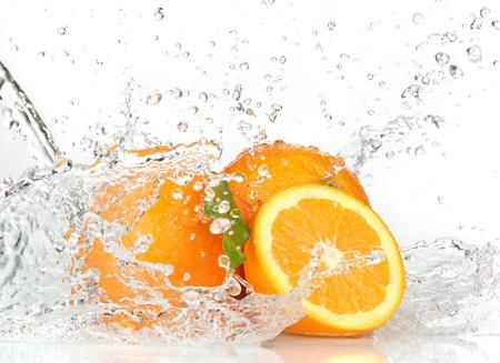 citricos: Frutas de color naranja y salpicaduras de agua