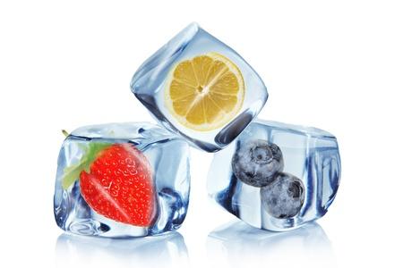 cubos de hielo: Las frutas en cubos de hielo sobre blanco
