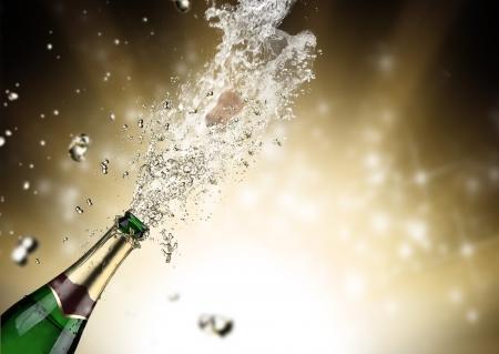 botella champagne: Primer plano de la explosi?n champ?n Foto de archivo