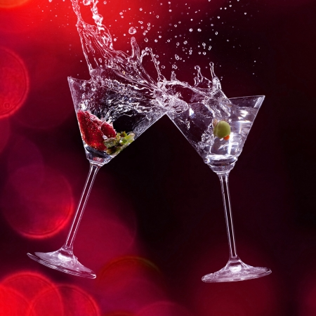 coctel de frutas: bebidas martini sobre fondo oscuro Foto de archivo