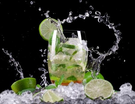 Mojito cocktail su sfondo nero