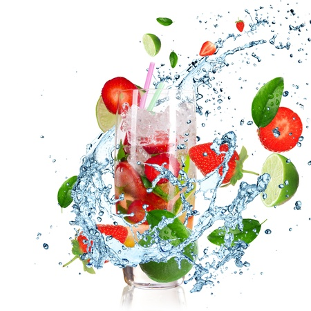 Cocktail di frutta con liquido spruzzi isolato su bianco Archivio Fotografico