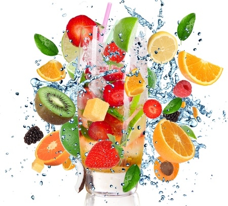 jugo de frutas: Cóctel de frutas con el líquido salpica aislado en blanco
