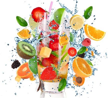 jus orange glazen: Fruit Cocktail met spatten vloeistof op wit wordt geïsoleerd Stockfoto