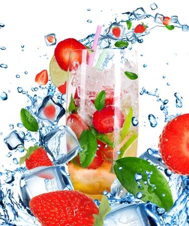 Cocktail di frutta con liquido spruzzi isolato su bianco