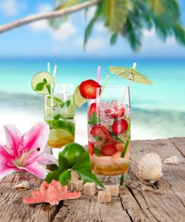 cocteles de frutas: Cócteles en la playa