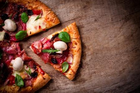 Heerlijke Italiaanse pizza geserveerd op een houten tafel Stockfoto