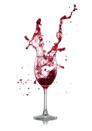 copa de vino: Splash vino rojo sobre fondo blanco
