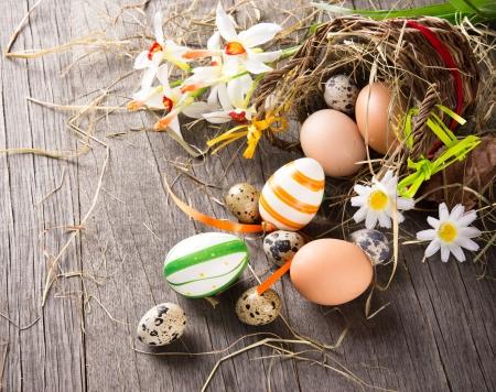 huevos de codorniz: Coloridos huevos de pascua con la cesta marr�n