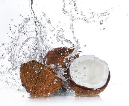 noix de coco: coco fissur� avec les projections d'eau