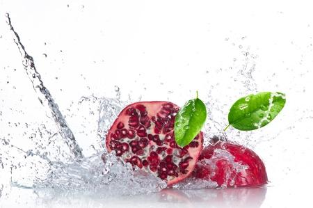 spruzzi acqua: Succosa melograno con spruzzi d'acqua Archivio Fotografico