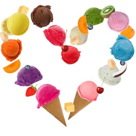 cono de helado: Ice corazón crema sobre fondo blanco
