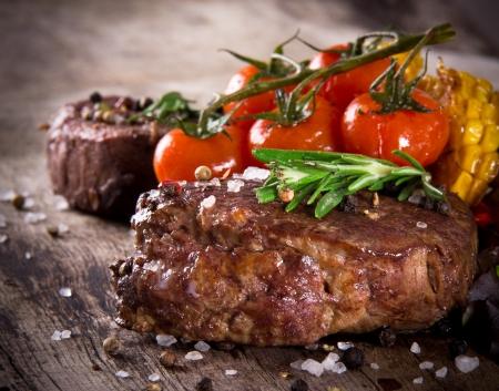 나무 테이블에 맛 쇠고기 스테이크 스톡 콘텐츠