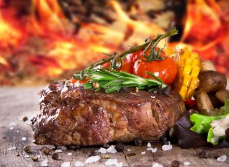 나무 테이블에 맛있는 쇠고기 스테이크