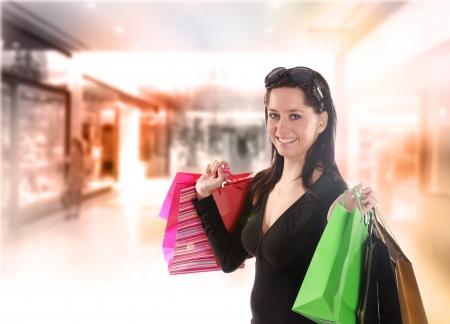 compras compulsivas: Mujer con bolsas de compras en el centro comercial Foto de archivo