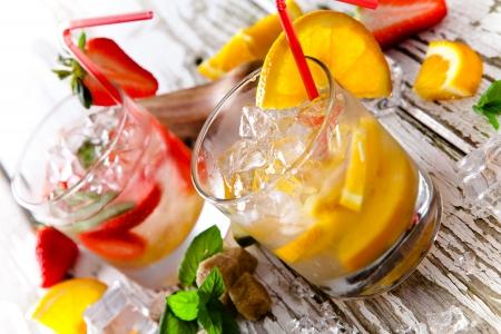 夏天的饮料在复古的木制背景