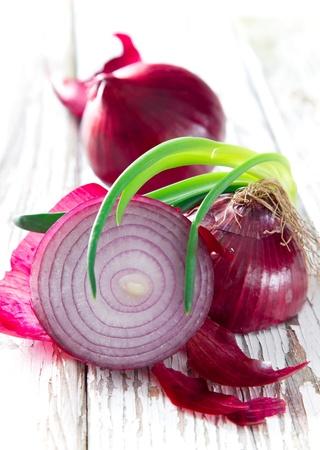 Cipolla viola su fondo in legno