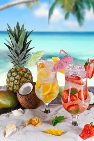 cocktail de fruits: boissons d'�t� sur la plage