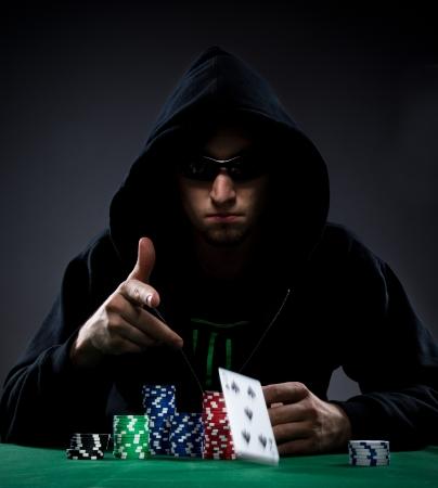 jetons poker: Portrait d'un joueur de poker professionnel Banque d'images