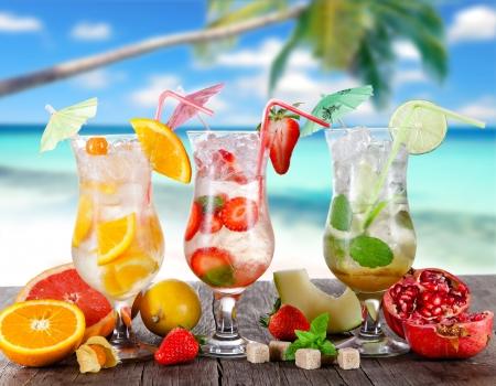 在晴朗的海滩的夏天饮料