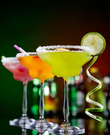 margarita cocktail: Cocktail di frutta su sfondo nero