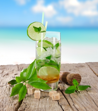 Bevande estive sulla spiaggia piena di sole Archivio Fotografico