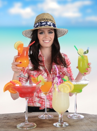 nue plage: Portrait d'une belle jeune fille avec un cocktail sur la plage Banque d'images
