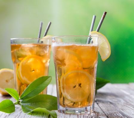 té helado: Té de hielo en mesa de madera