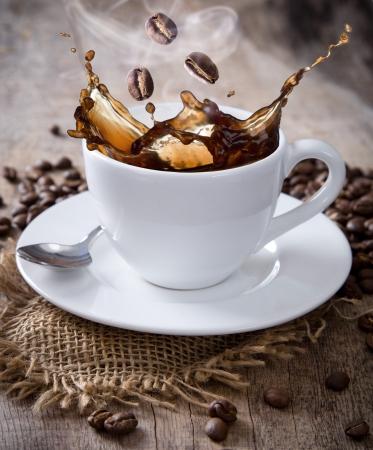 granos de cafe: Primer plano de una taza de caf? Foto de archivo