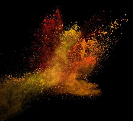 Lanceerde kleurrijke poeder, geïsoleerd op zwarte achtergrond