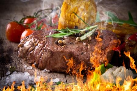 Delicioso filete de carne en la mesa de madera