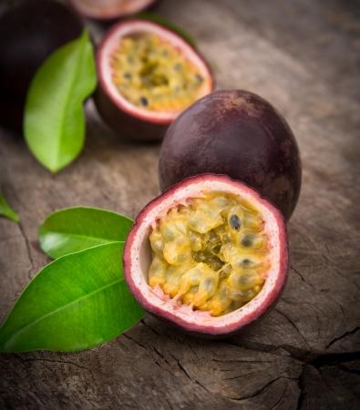 semilla: Frutas de pasión en el fondo de madera Foto de archivo