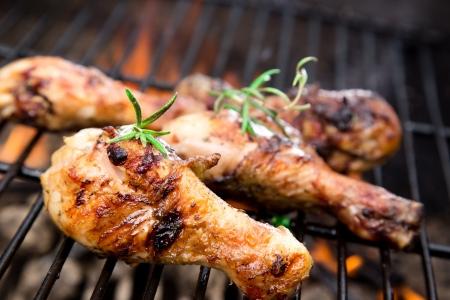 Gegrilde kip benen op de grill Stockfoto