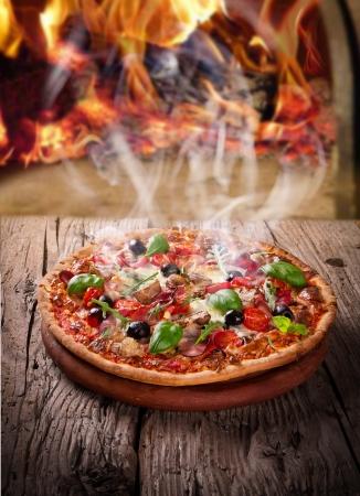 pizza: Heerlijke Italiaanse pizza geserveerd op houten tafel