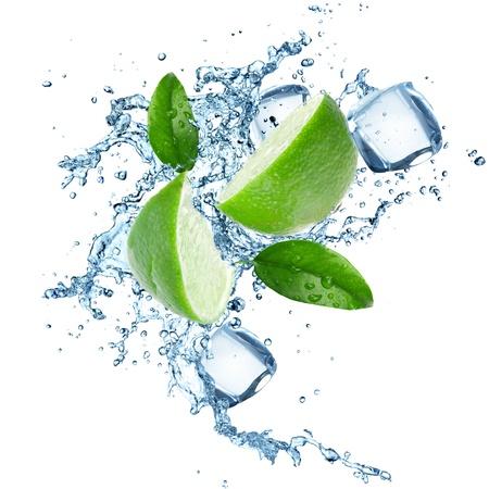 spruzzi acqua: Limes e spruzzi d'acqua su bianco