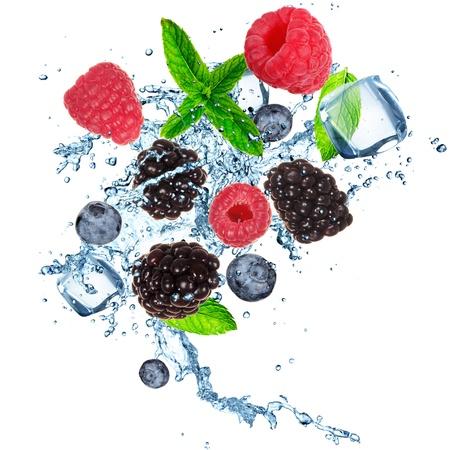 cubos de hielo: Frutas en cubo de hielo aislados sobre un fondo blanco