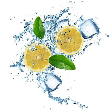 cubetti di ghiaccio: Limoni in acqua spruzzata isolato su uno sfondo bianco Archivio Fotografico