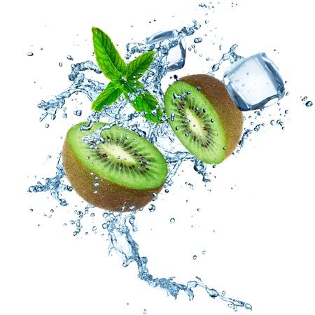 splash sinas: Kiwi met water splash geà ¯ soleerd op een witte achtergrond