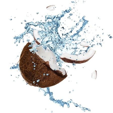noix de coco: Noix de coco avec les projections d'eau sur blanc