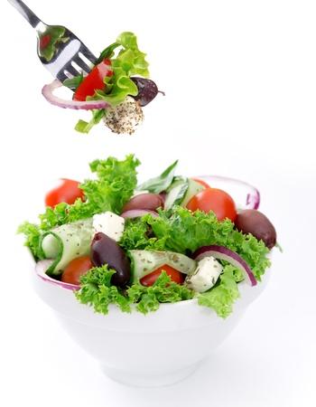 白い背景の上に新鮮なサラダ