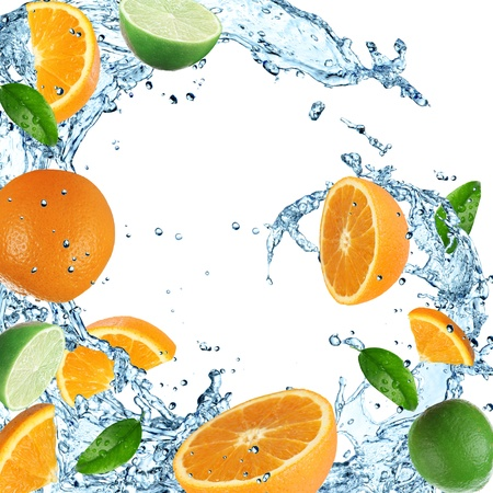 fr�chte in wasser: Orangen mit Wasser Splash auf wei�em Hintergrund