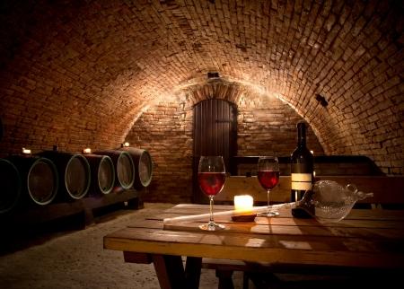 cueva: Bodega con botella de vino y copas