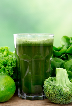 smoothies: Jugo vegetal verde sana en la mesa de madera