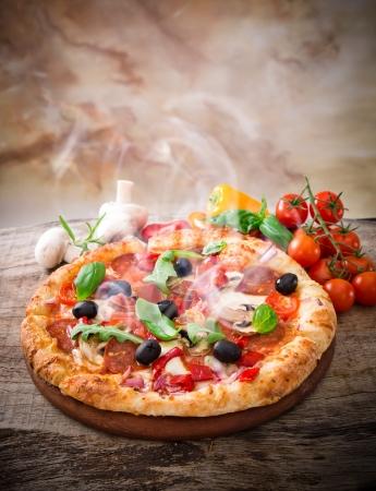 Delicious pizza italiana servita sul tavolo in legno