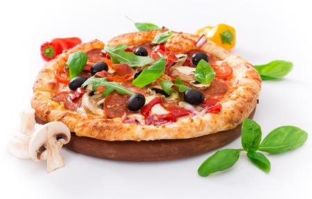 Leckere italienische Pizza auf weißem Hintergrund