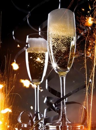 brindisi champagne: Champagne su sfondo nero Celebrazione tema