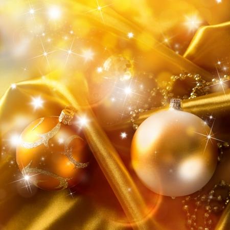 tissu or: Résumé fond d'or avec des boules de Noël sur le tissu de luxe