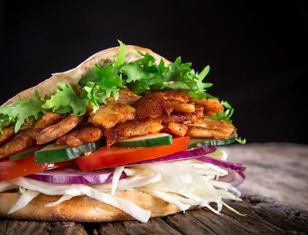 ドネルケバブの肉のグリル、パン、野菜