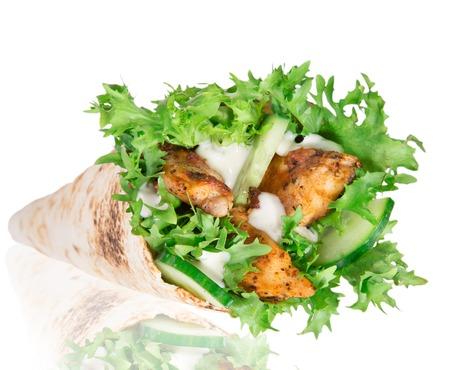 tortilla wrap: Rebanadas de pollo en una envoltura de tortilla con lechuga sobre blanco